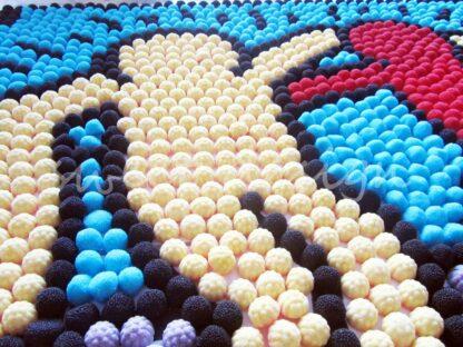 Muñeco Mosaico de chucherías de moras rojas y negras