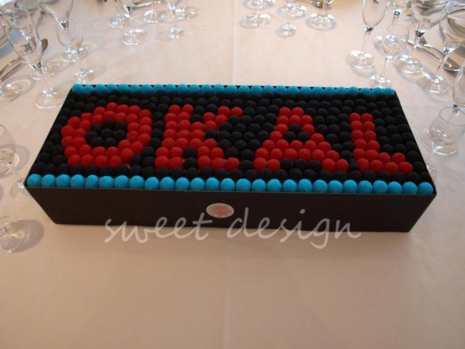 Logotipo de Okal en moras rojas azules y negras