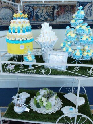 Decoración de boda con chucherías y flores