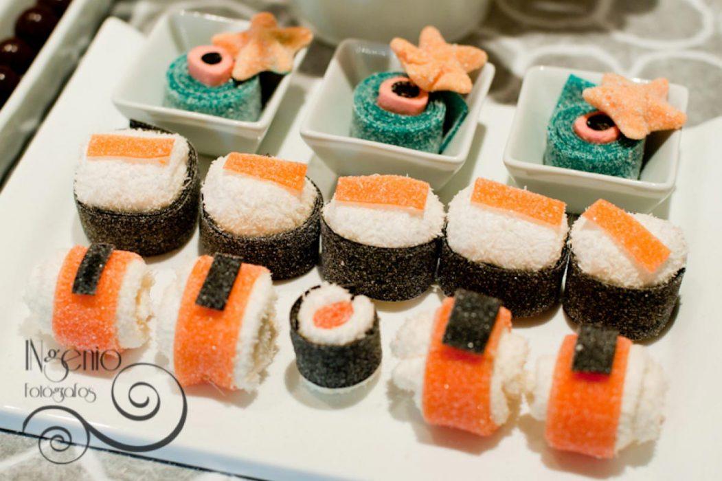 Sushi de chucherías en un buffet