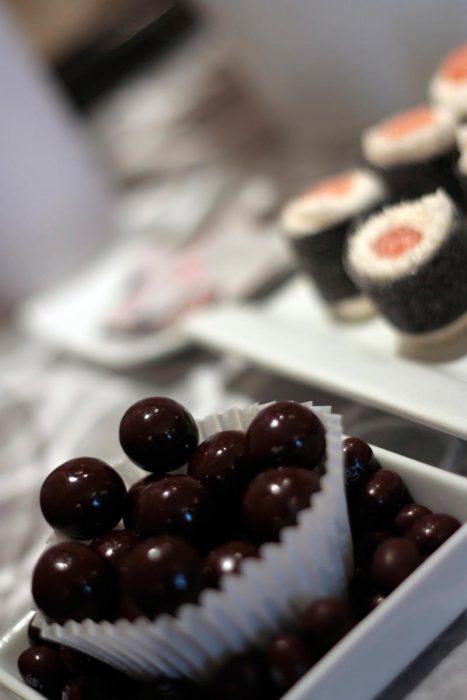 Bolas de chocolate negro en cápsulas blancas