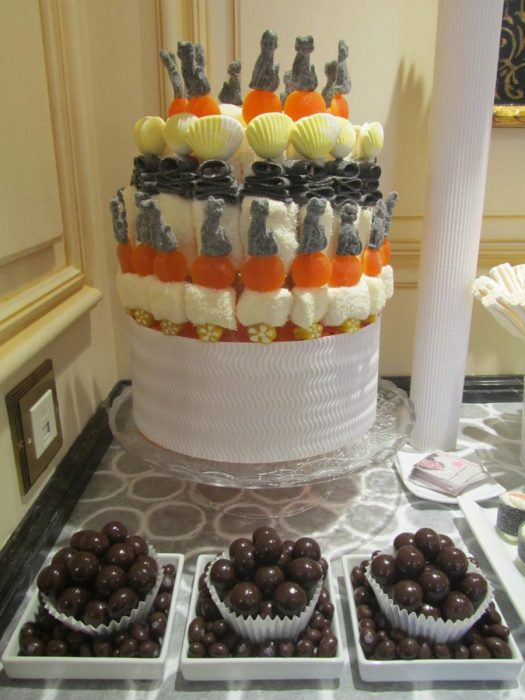 Pastel de golosinas y chocolates para candy bar