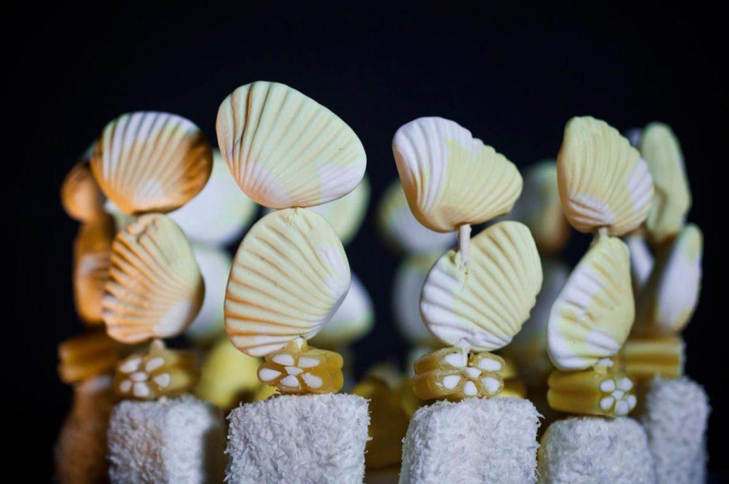 Detalle conchas en brochetas de chucherías