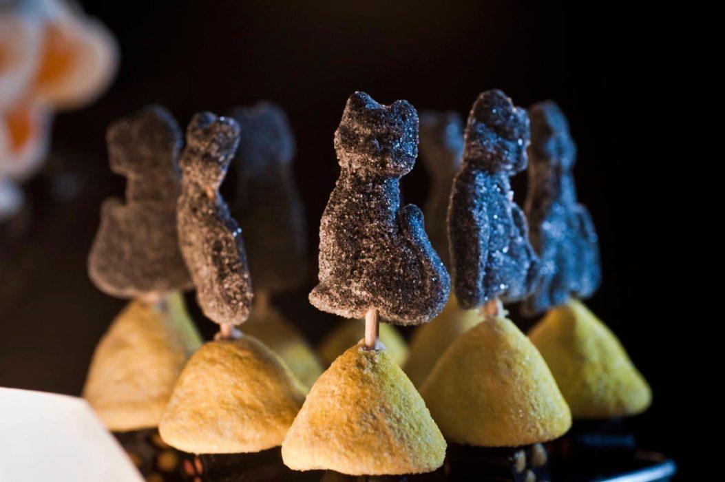 Detalle gatos de regaliz en brochetas de chucherías