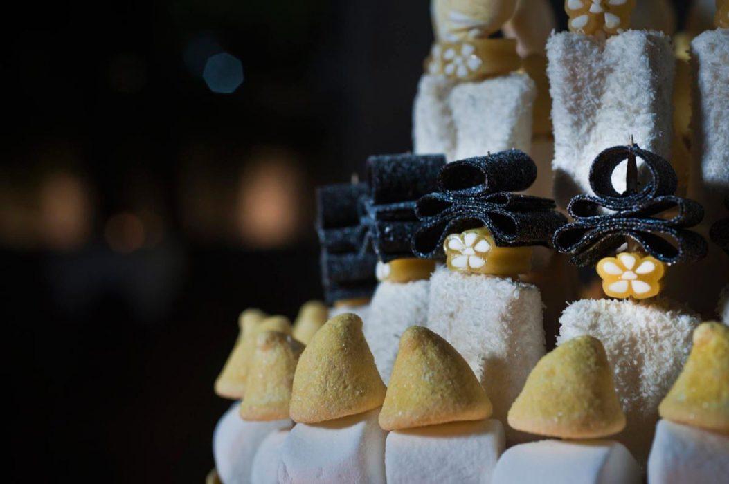 Detalle de regalices en tarta de chucherías