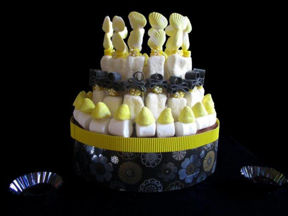 Tarta de chuches blanca negra y amarilla