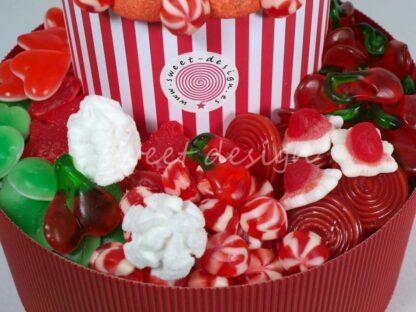 Tarta de rayas rojas y blanca con piruletas de margaritas
