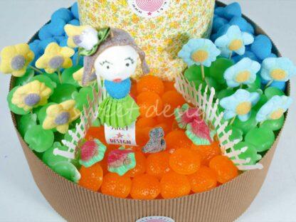 Tarta de chuches con flores, manzanitas, naranjitas y Muñecas de chuches