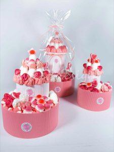 Tarta de chucherías con soufles corazones de fresas frambuesas y besitos sin gluten