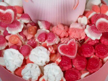 Tarta de chuches con corazones rellenos de fresa besitos nubes y esponjitas sin gluten
