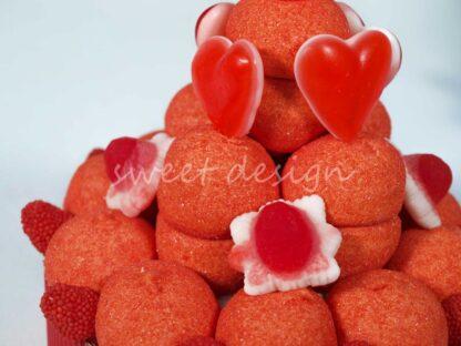 Tarta de chuches con nubes rellenas de nata-fresa y moras