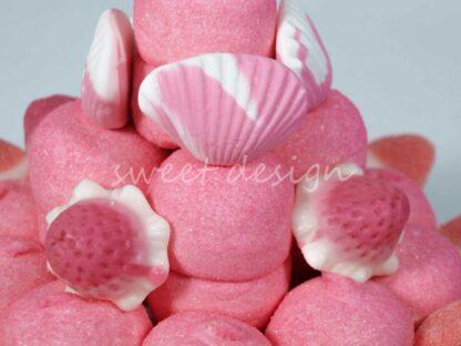 Tarta de chuches con nubes de fresa almejas rellenas fresa-nata besitos fresa y flor rosa