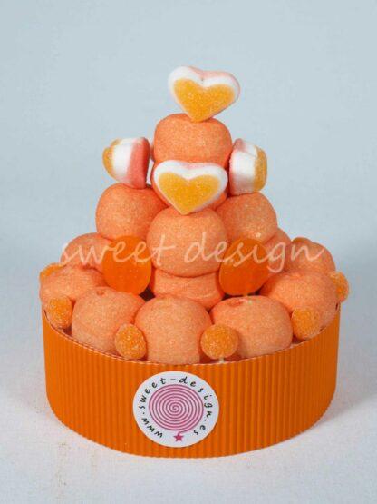 Tarta de chuches con nubes de melocotón corazones tricapa de melocotón naranjitas y frutitas de naranja