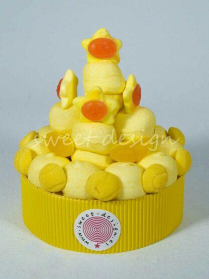 Tarta de chuches con nubes de plátano estrellas amarillas platanitos de gominolas y besos de natillas