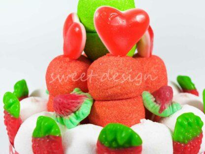 Tarta de chuches con nubes de fresa marshmallow y melón manzanitas corazones y fresitas silvestres