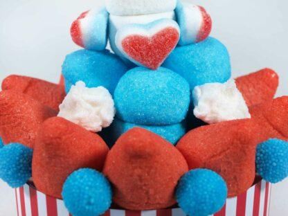 Tarta de chuches con nubes de fresa marshmallow y frambuesa corazones y moras de frambuesa