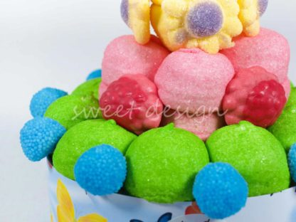 Tarta de chuches con nubes de melón fresa y limón rellenas de fresa moras de frambuesa racimos de uva y flores