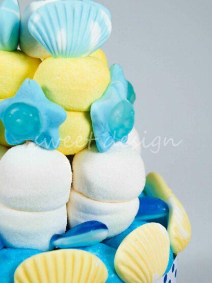 Tarta de chuches con nubes de frambuesa limón y marshmallow conchas estrellas y tiburones