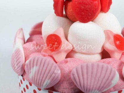 Tarta de chuches con nubes de frambuesa y marshmallow conchas estrellas y fresitas