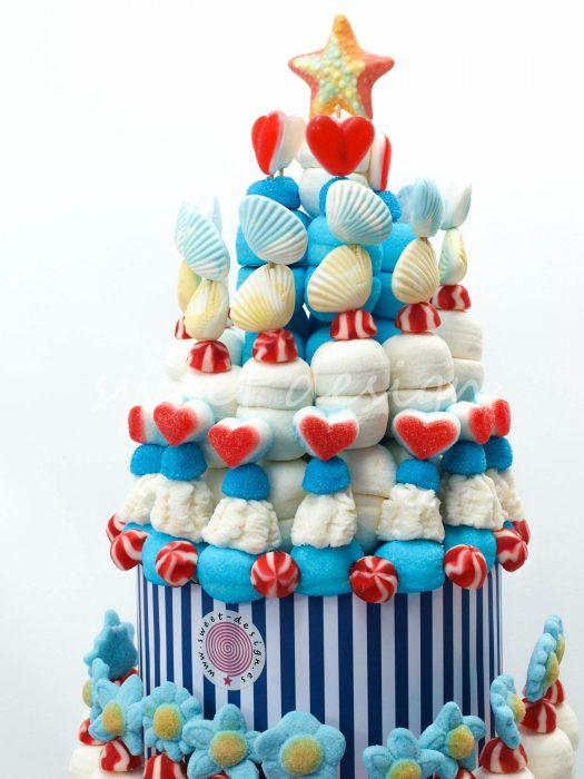 Tarta de gominolas en tonos azules de playa