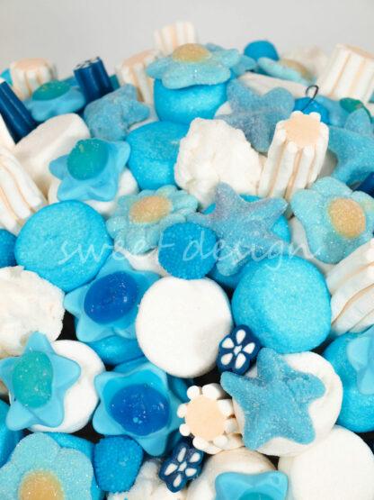 Cesta de chucherías con brochetas azules