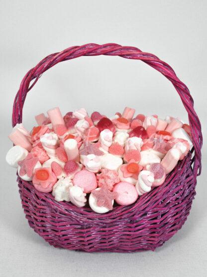 Cesta de golosinas con brochetas en rosa