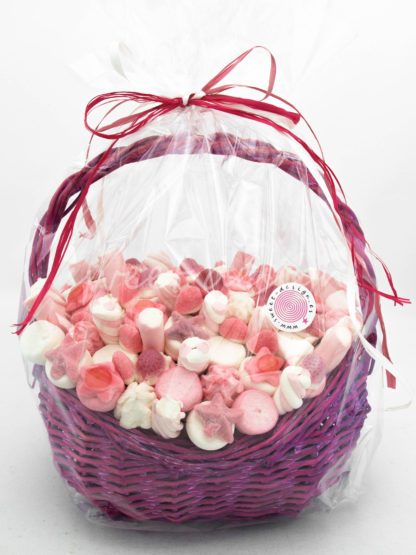 Cestita rosa de gominolas de fresa para regalo