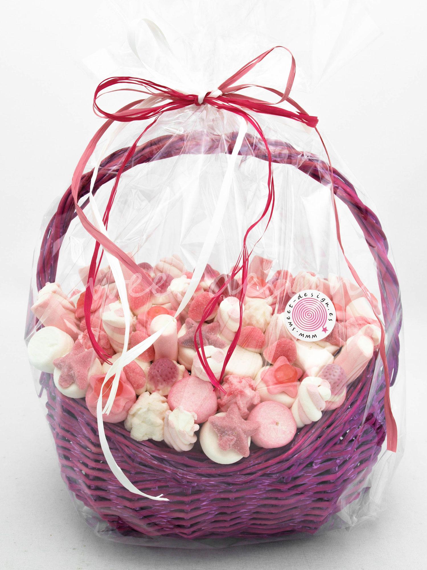 Cesta rosa con brochetas sweet design - Como adornar cestas de mimbre ...