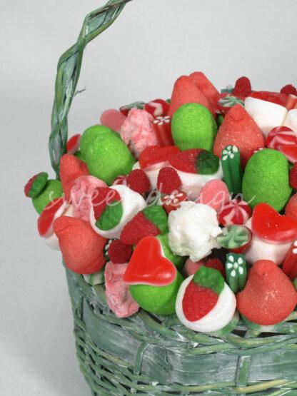 Cesta de brochetas de chuches rojo verde y blanco