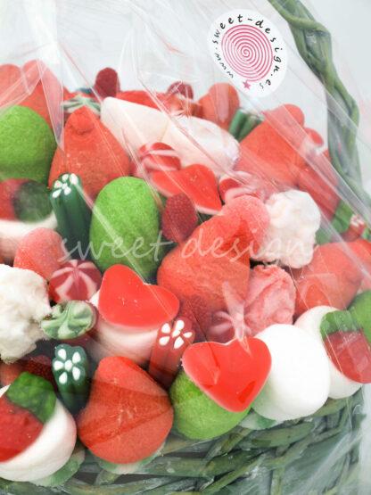 Cesta de mimbre con golosinas rojas verdes y blancas