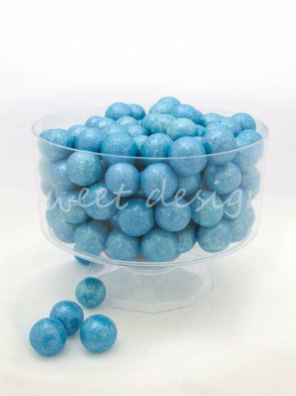 Mesa dulce con chocolates de colores