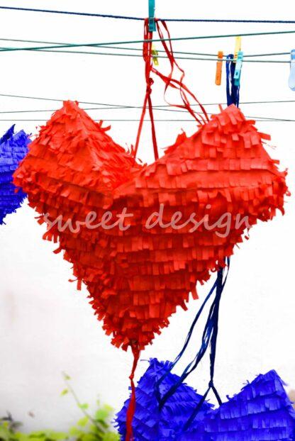 piñata con forma de corazón hecha a mano